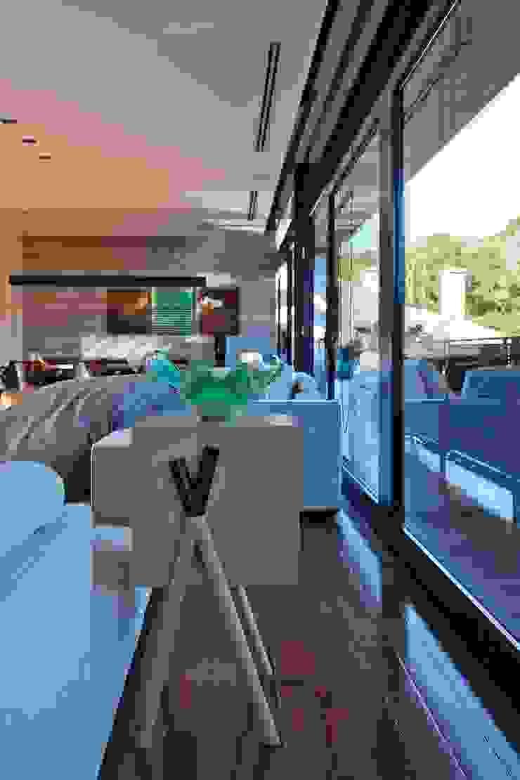 Salones de estilo moderno de Marcos Bertoldi Moderno