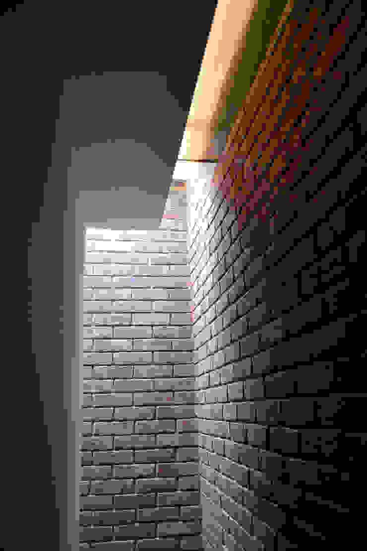 Roof light Modern corridor, hallway & stairs by Satish Jassal Architects Modern