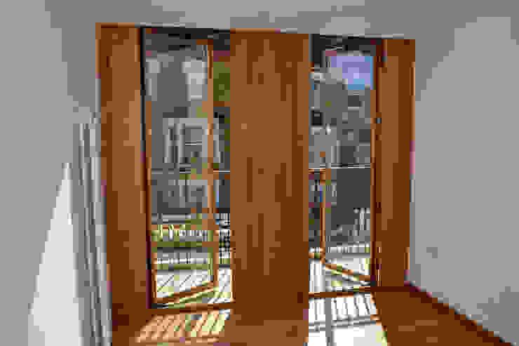 Bedroom balcony doors Modern style bedroom by Satish Jassal Architects Modern