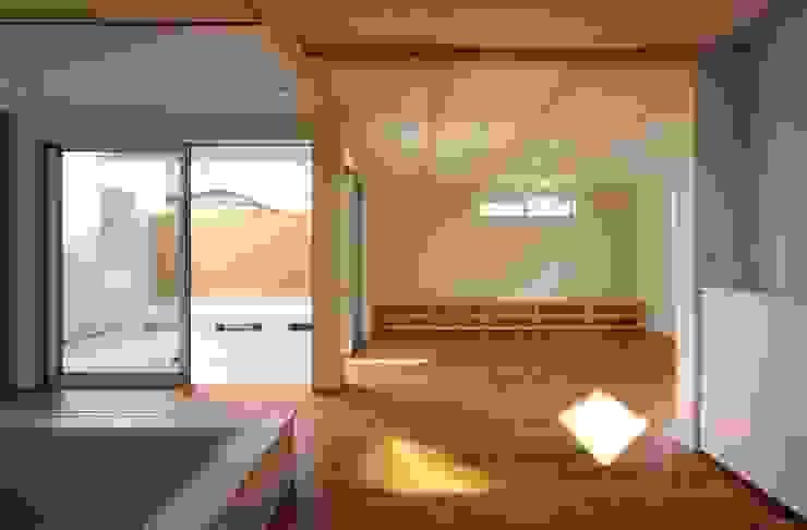 趣味の地下空間をもつコートハウス 充総合計画 一級建築士事務所 モダンデザインの リビング