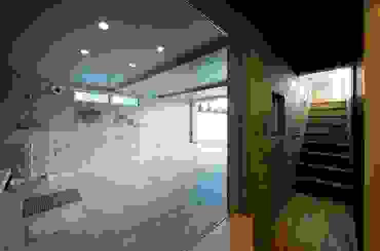 趣味の地下空間をもつコートハウス モダンデザインの ガレージ・物置 の 充総合計画 一級建築士事務所 モダン