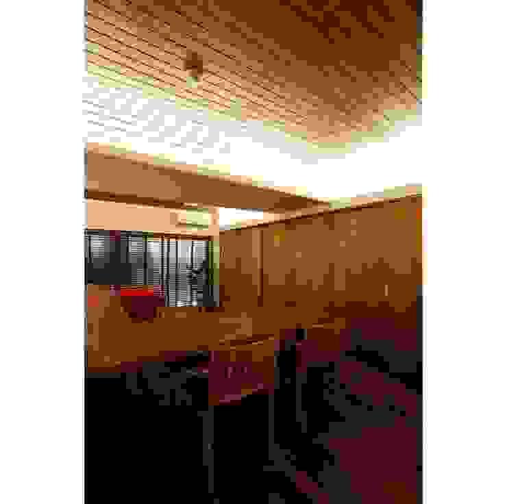 Столовая комната в стиле модерн от 辻史彰建築研究所 Модерн