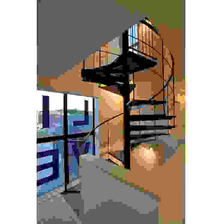 Pasillos, vestíbulos y escaleras de estilo moderno de 辻史彰建築研究所 Moderno