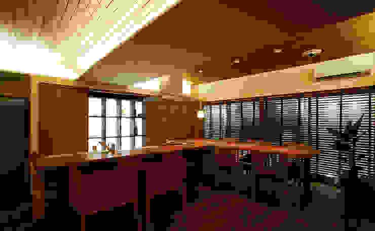 Modern dining room by 辻史彰建築研究所 Modern