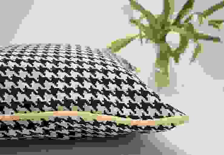 Black and white.. always Pillow por ORCHIDS LOFT Moderno