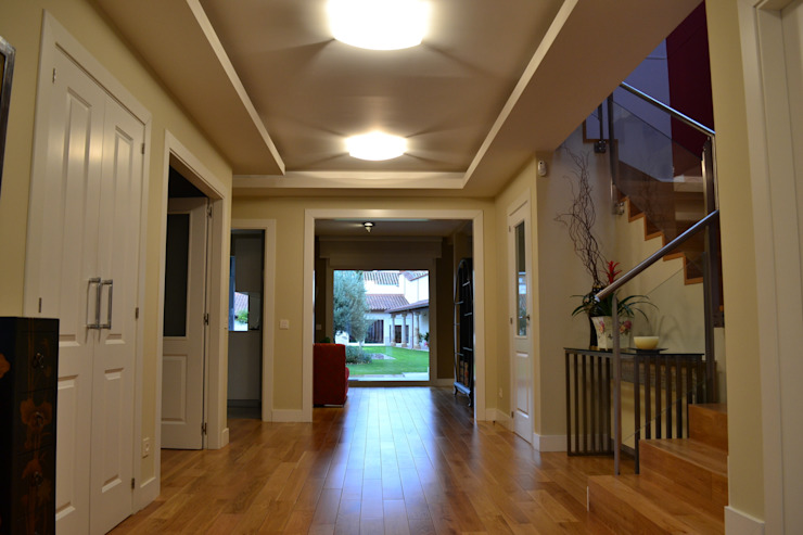 Eclectic style corridor, hallway & stairs by Canexel Eclectic