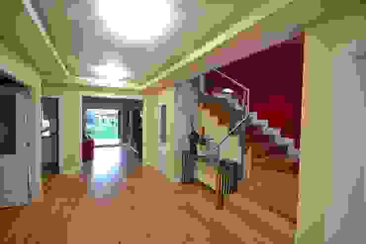 Pasillo y escalera Pasillos, vestíbulos y escaleras de estilo ecléctico de Canexel Ecléctico