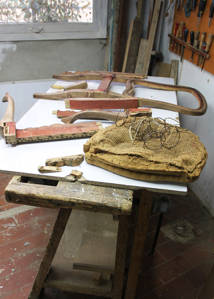 Para decapar, decolorar el tinte rojizo, desinfectar de carcoma y encolar perfectamente... mejor desmontar las sillas de Dominique Restauración