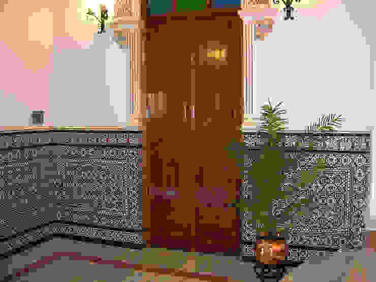 Zócalo azulejos relieve Pasillos, halls y escaleras mediterráneos de Hispalcerámica Mediterráneo