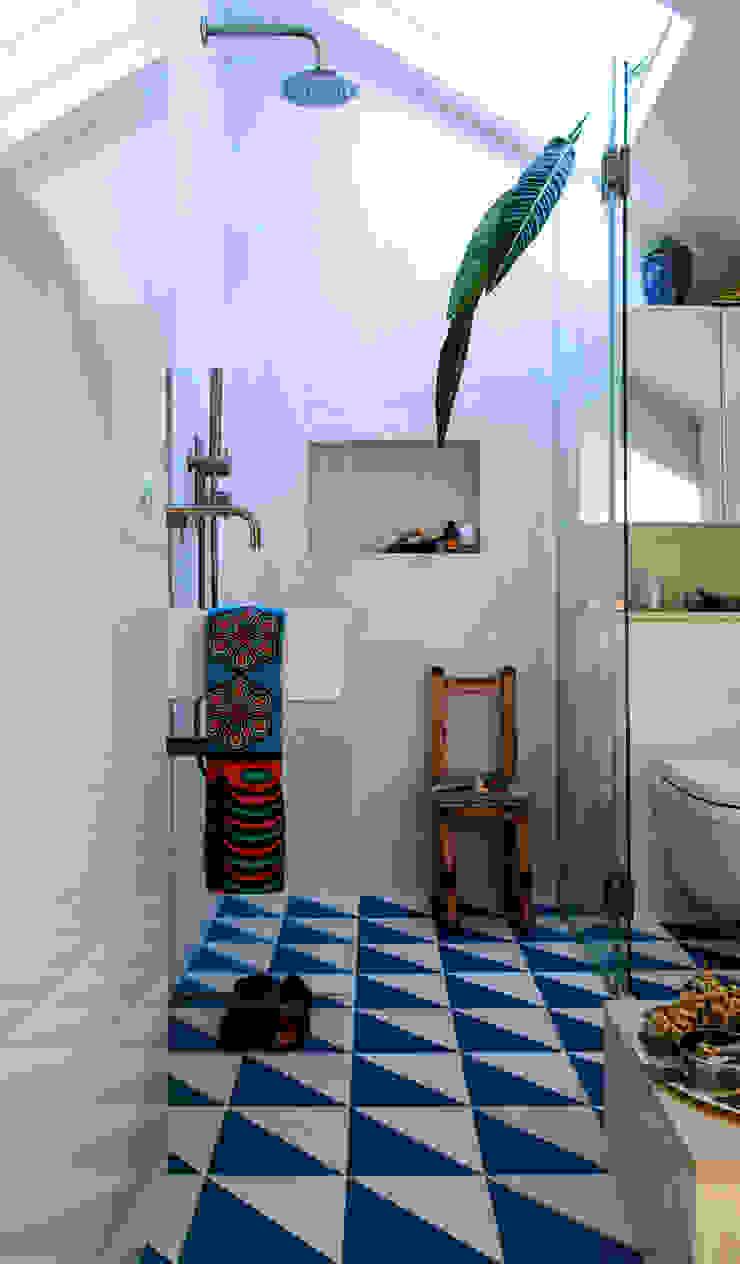 Peponi House Phòng tắm phong cách nhiệt đới bởi STUDIO [D] TALE Nhiệt đới