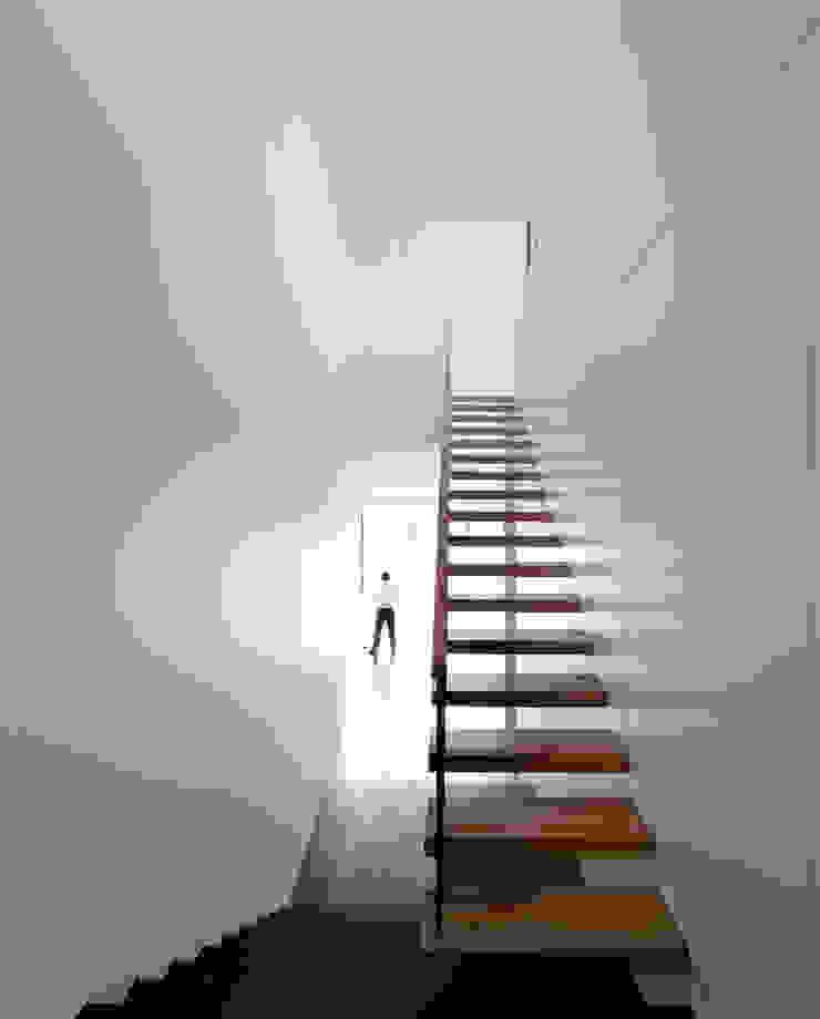Casa Jarego Corredores, halls e escadas modernos por CVDB Arquitectos Moderno