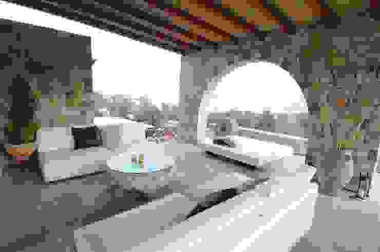 Śródziemnomorski balkon, taras i weranda od CARLO CHIAPPANI interior designer Śródziemnomorski