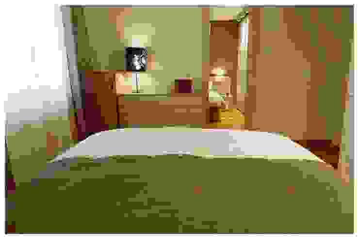 Ocre Dormitorios de estilo mediterráneo de Cardellach Interior & Events Mediterráneo