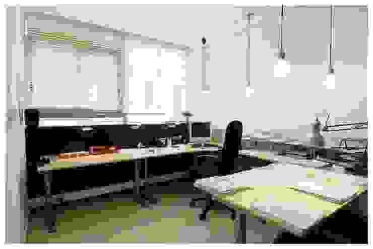 Negro Estudios y despachos de estilo escandinavo de Cardellach Interior & Events Escandinavo