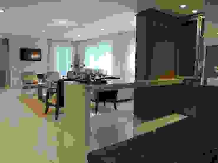 Apartamento LB Salas de estar clássicas por Roesler e Kredens Arquitetura Clássico