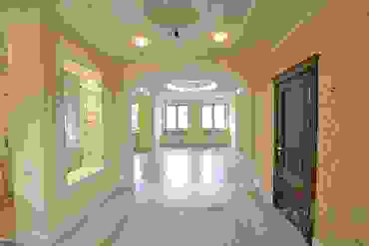 Дизайн-проект интерьера холла (1 этаж). Коридор, прихожая и лестница в классическом стиле от ИнтеРИВ Классический