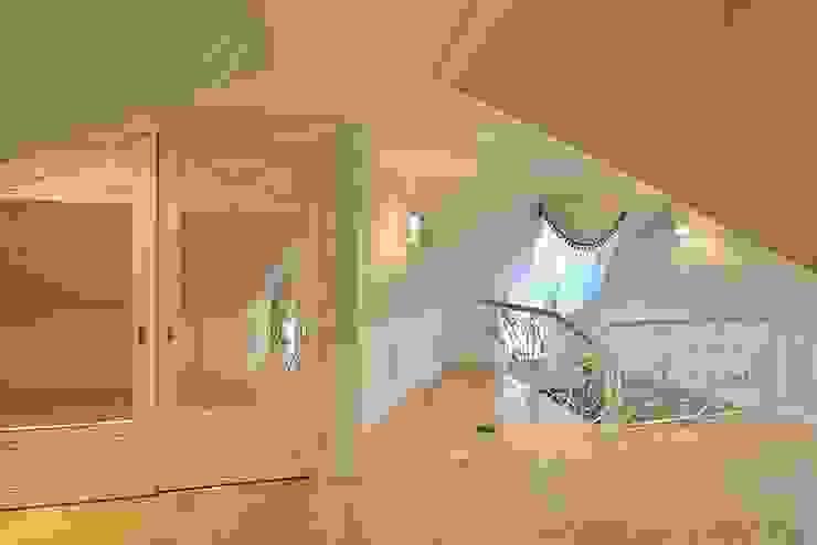 Дизайн-проект интерьера холла (мансардный этаж). Коридор, прихожая и лестница в классическом стиле от ИнтеРИВ Классический