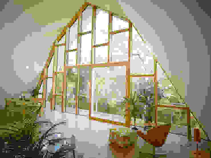 Wohnzimmer mit Balkon Moderne Wohnzimmer von rundzwei Architekten Modern