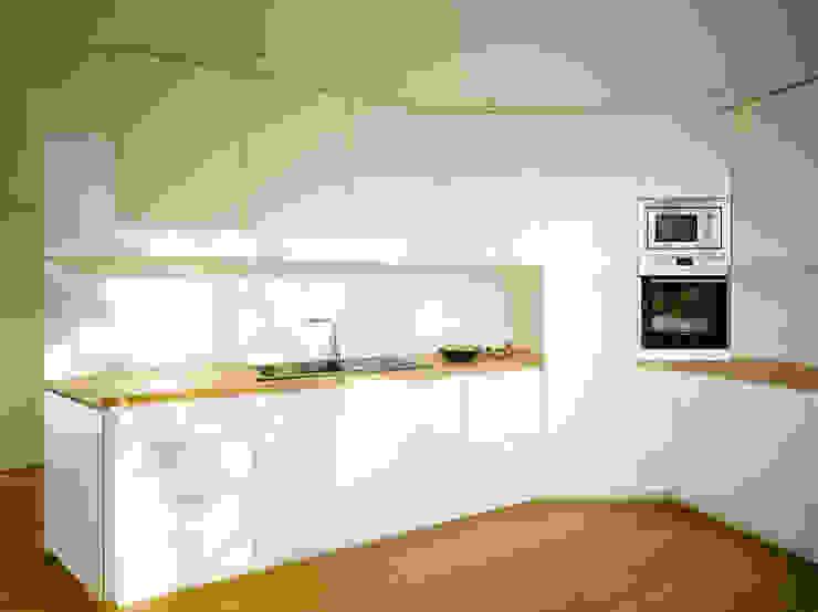 S82 ein modernes Baumhaus Moderne Küchen von rundzwei Architekten Modern