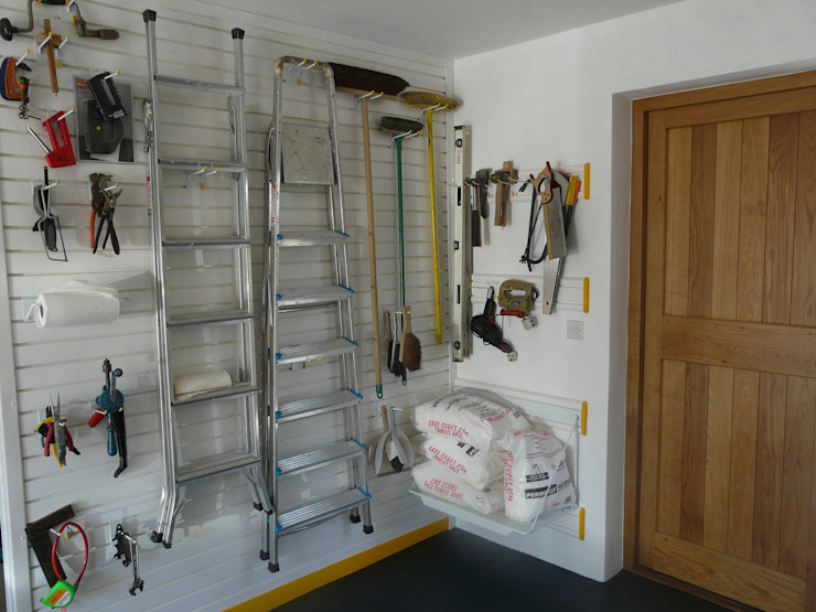 Need to store all your tools in the garage? Try a feature wall! Garageflex Garagens e arrecadações modernas