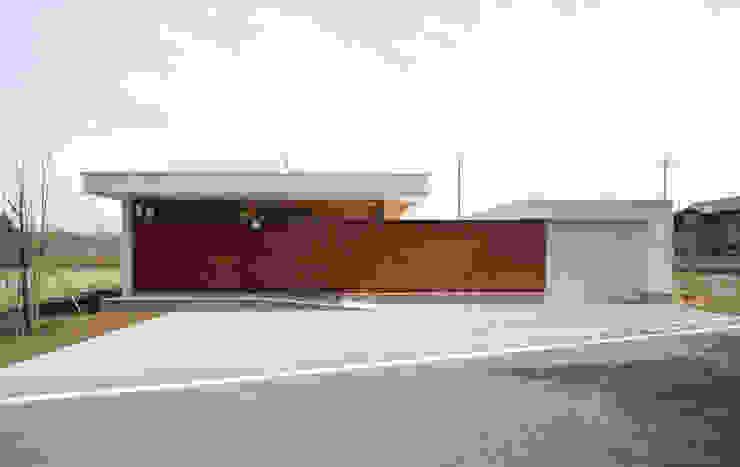 愛車を眺める住まい ミニマルな 家 の STUDIO POH ミニマル