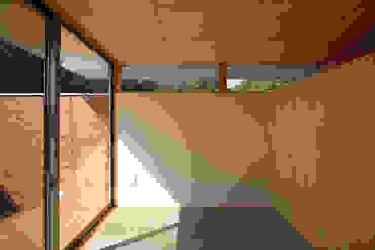 愛車を眺める住まい ミニマルデザインの 多目的室 の STUDIO POH ミニマル