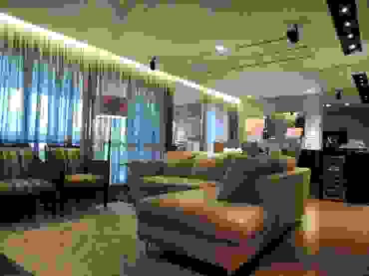 Livings de estilo moderno de Roesler e Kredens Arquitetura Moderno