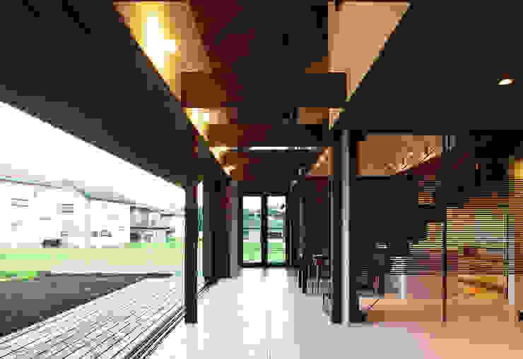 高気密高断熱の大屋根の家: STUDIO POHが手掛けた廊下 & 玄関です。