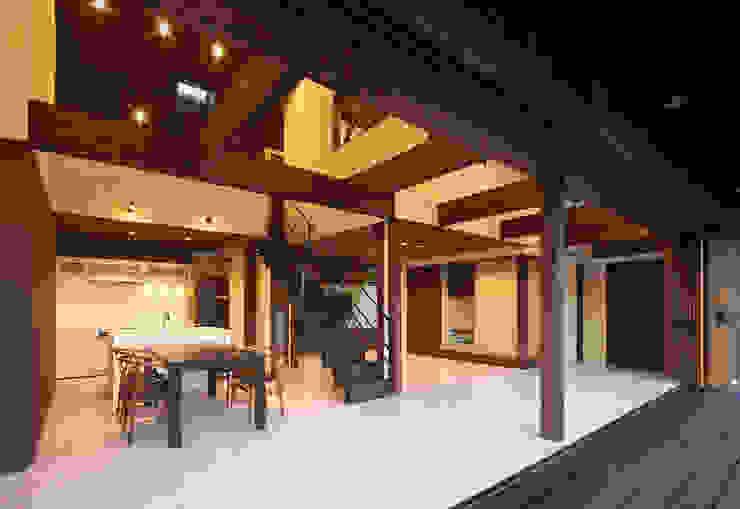 高気密高断熱の大屋根の家: STUDIO POHが手掛けたダイニングです。
