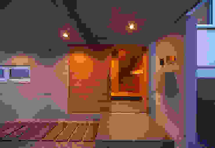 Couloir, entrée, escaliers modernes par STUDIO POH Moderne