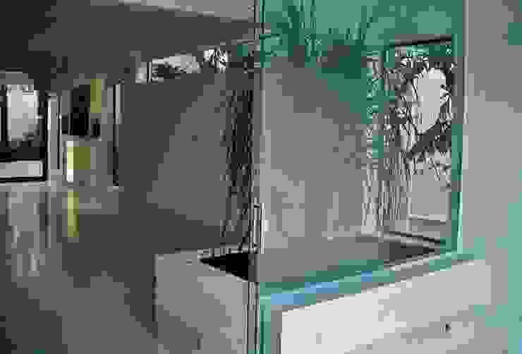 CASA EM SÃO PAULO Jardins de inverno minimalistas por Kika Prata Arquitetura e Interiores. Minimalista