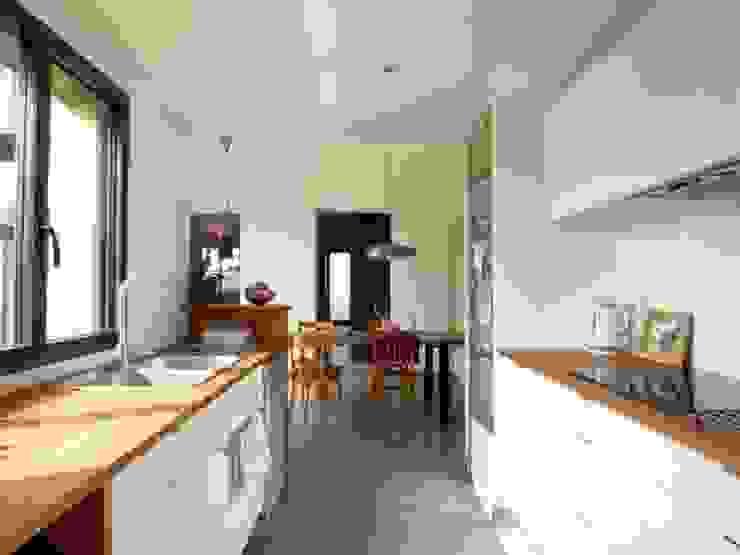 Extension bois cuisine salle à manger Cuisine moderne par EC architecture Moderne