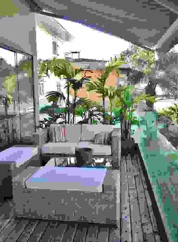CASA EM SÃO PAULO Varandas, alpendres e terraços tropicais por Kika Prata Arquitetura e Interiores. Tropical