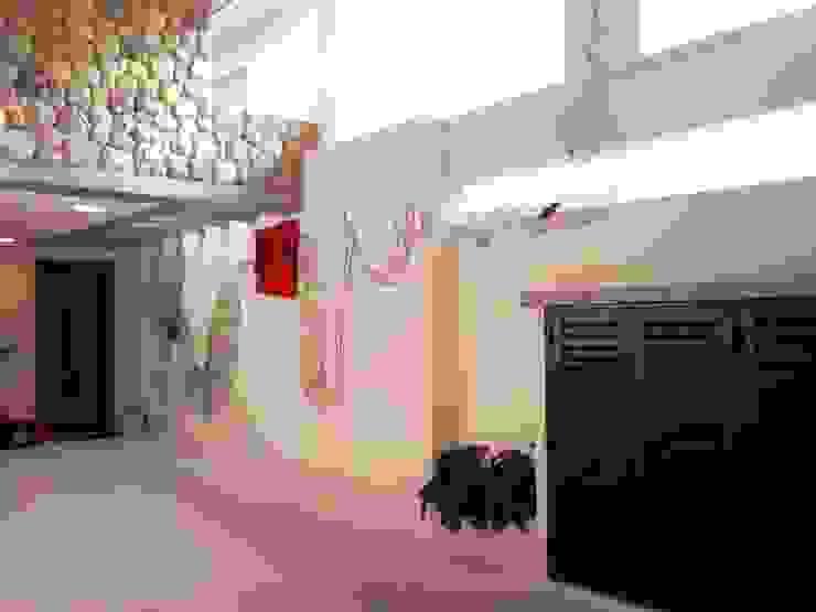 CASA EM SÃO PAULO Garagens e edículas minimalistas por Kika Prata Arquitetura e Interiores. Minimalista