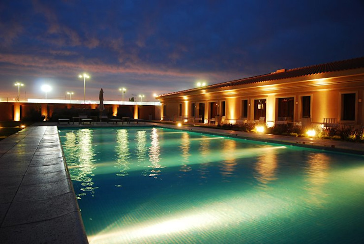 Piscina nocturnas Hoteles de estilo clásico de PARQUEARTE Piscinas como iconos de diseño. Clásico