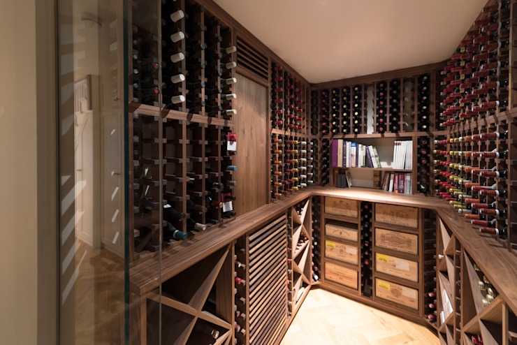Wine Cellar in American black walnut designed and made by Tim Wood Adegas clássicas por Tim Wood Limited Clássico