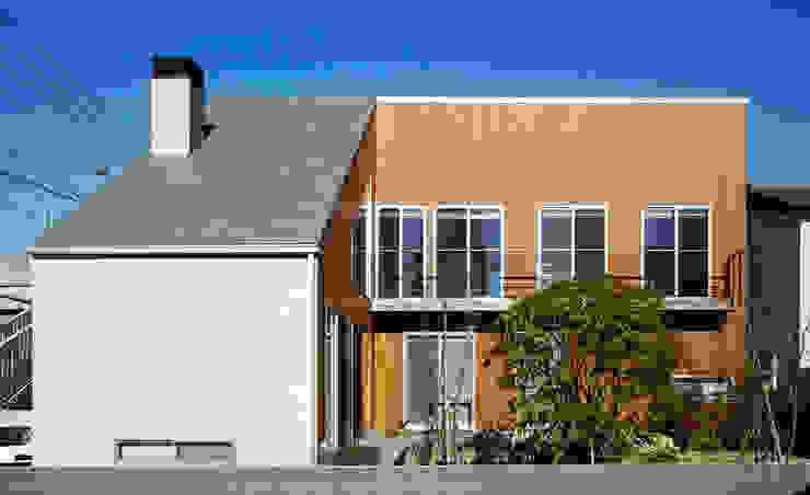 H邸-南側ファサード 北欧風 家 の 株式会社sum design 北欧