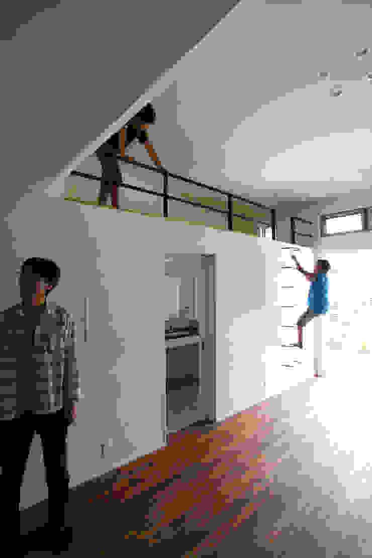 Sakurayama-Architect-Design Ruang Media Gaya Eklektik