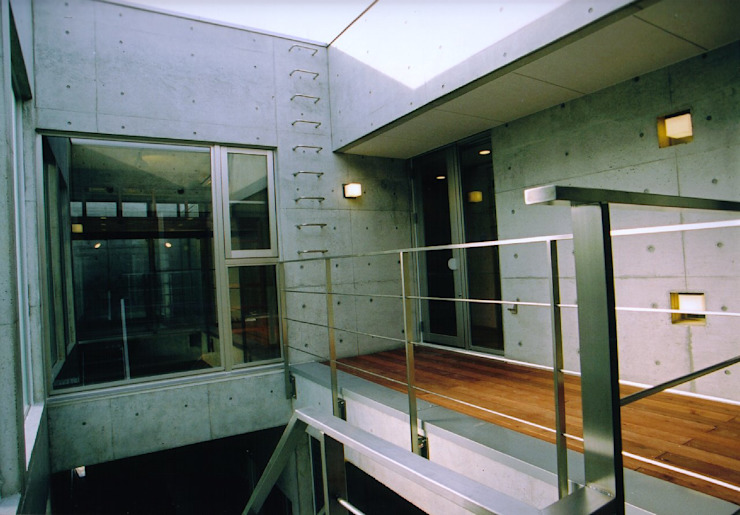 中庭のベランダ モダンデザインの テラス の 株式会社河口設計 モダン