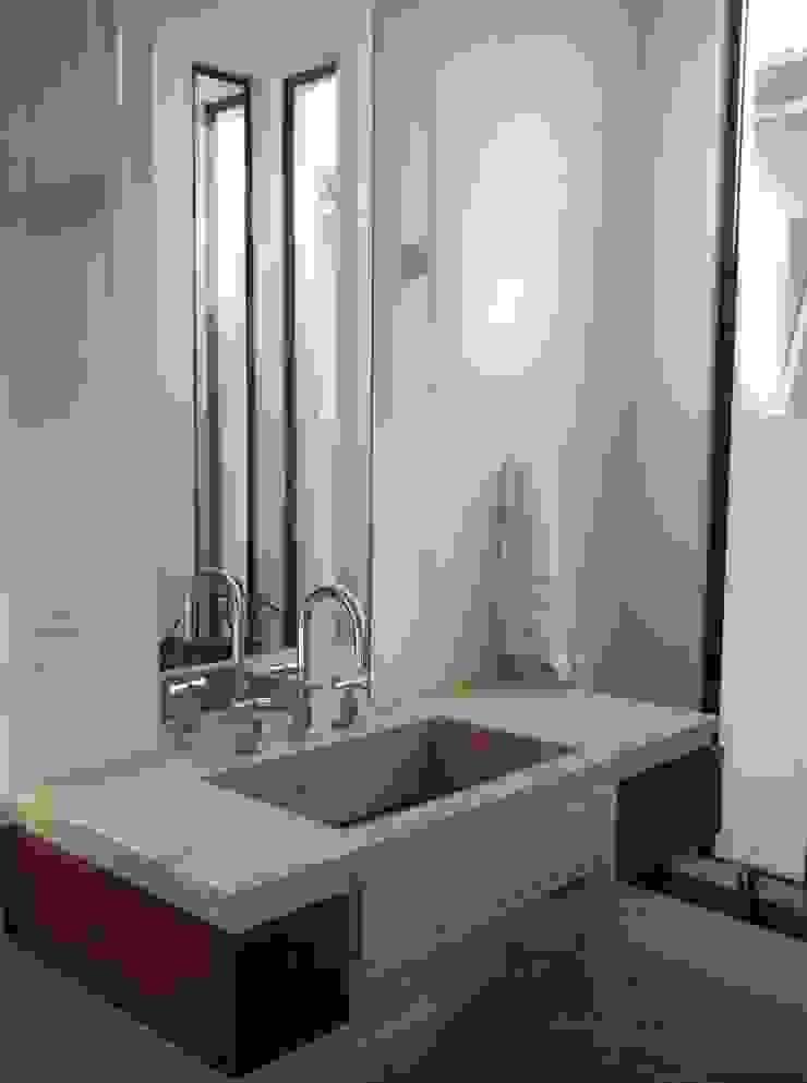 CASA EM SÃO PAULO Banheiros modernos por Kika Prata Arquitetura e Interiores. Moderno