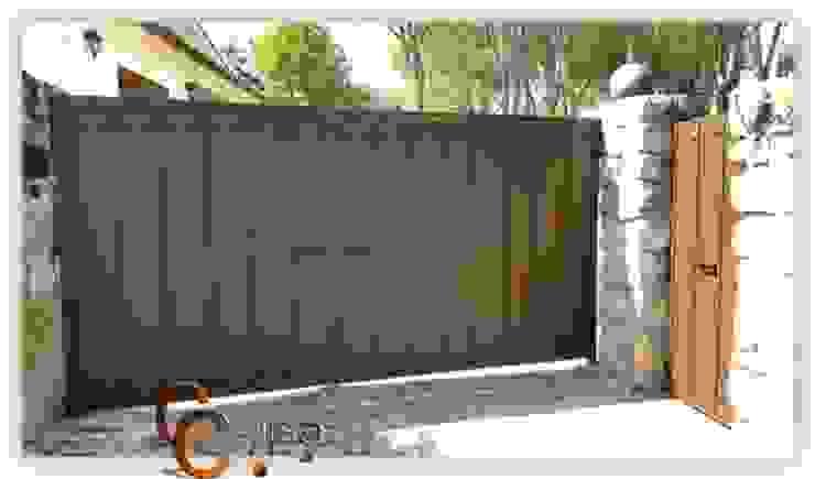 Puerta batiente acceso a vehículos Puertas y ventanas de estilo clásico de Cerrajeria cejisa Clásico