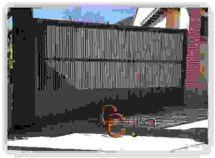 Puerta de Carruajes de Lamas en Z. Puertas y ventanas de estilo clásico de Cerrajeria cejisa Clásico