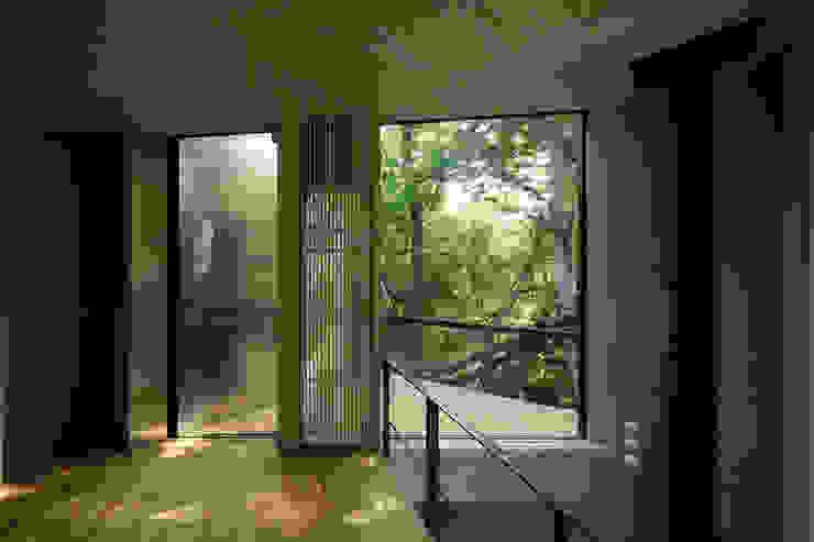 Nowoczesny balkon, taras i weranda od アカサカシンイチロウアトリエ/Akasaka Shin-ichiro Atelier Nowoczesny