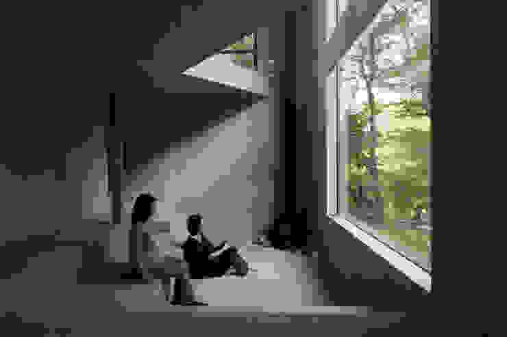 Nowoczesny salon od アカサカシンイチロウアトリエ/Akasaka Shin-ichiro Atelier Nowoczesny