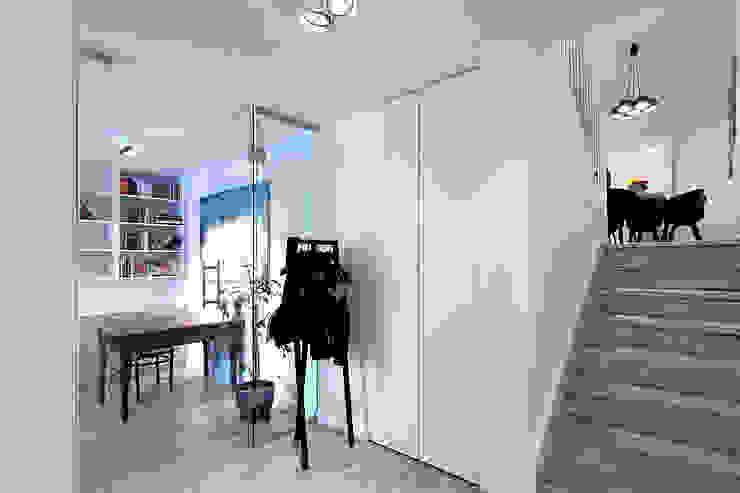 Couloir et hall d'entrée de style  par Neostudio Architekci, Moderne