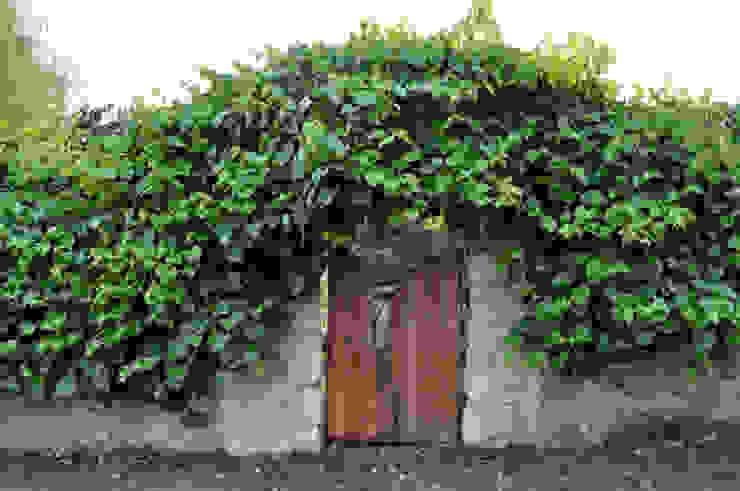 od zewnątrz czarodziejska furta do ogrodu od CHOŁUJ DESIGN s.c. Wiejski