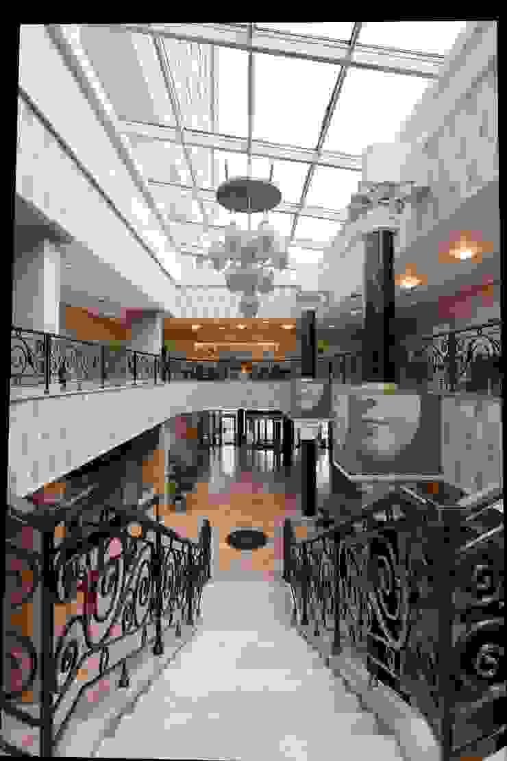 Лестница в холле отеля Гостиницы в эклектичном стиле от ELENA RUMYANTSEVA Эклектичный