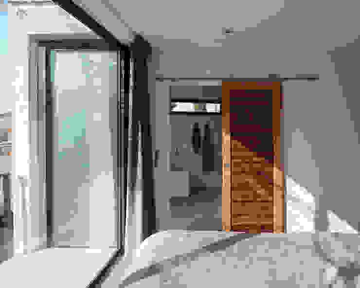 Camera da letto in stile mediterraneo di X-TREM CLEMENT BOIS ARCHITECTE Mediterraneo