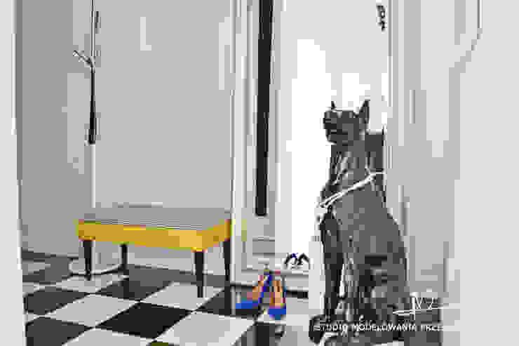 Pies, szachownica i żółta ławeczka.: styl , w kategorii Korytarz, przedpokój zaprojektowany przez Studio Modelowania Przestrzeni