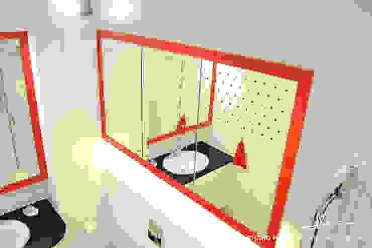 Czerwone ramy Eklektyczna łazienka od Studio Modelowania Przestrzeni Eklektyczny